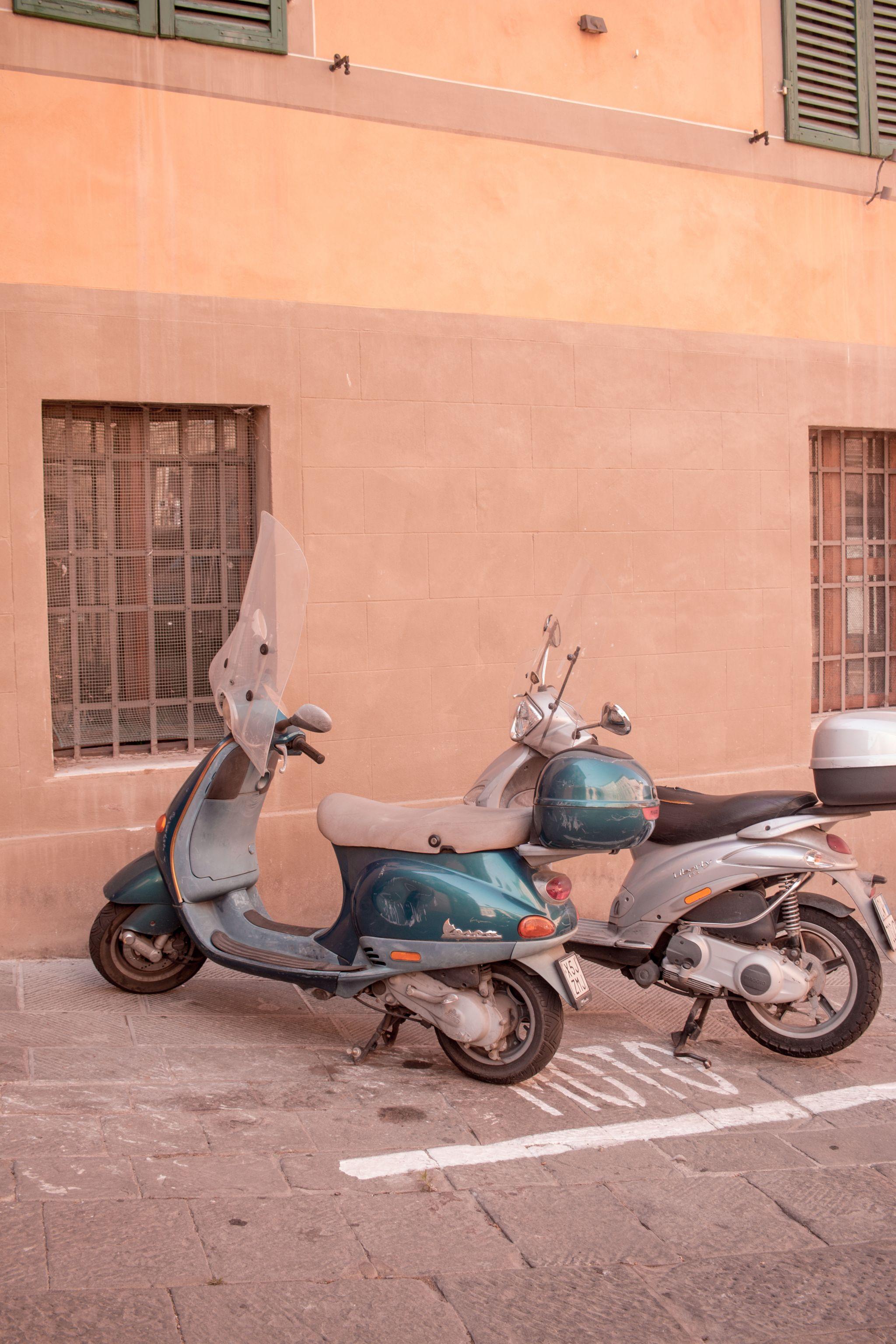 trendlistr-vintage-vespa-tuscany