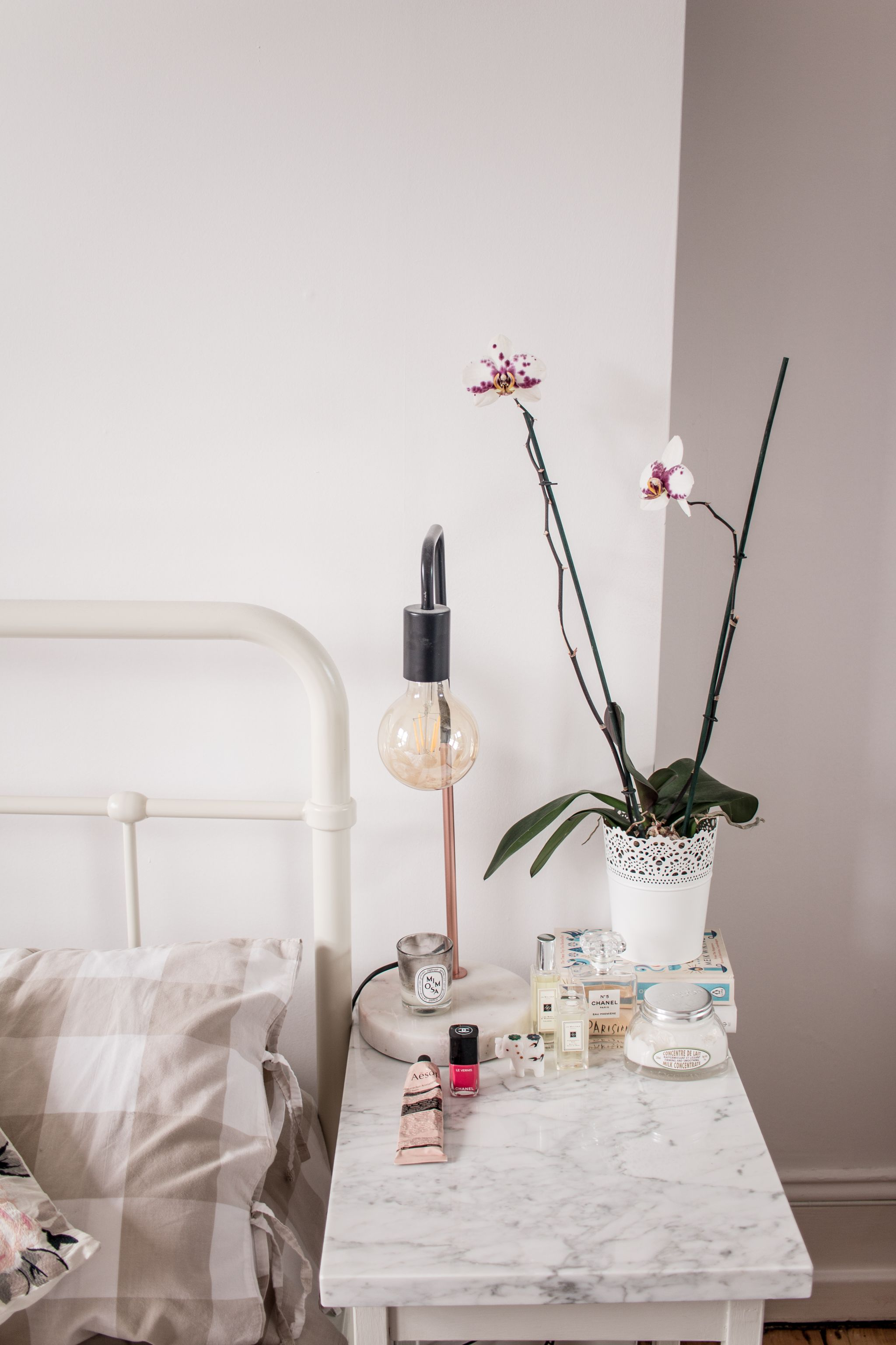 minimal-bedroom-bedside-table-styling-ideas