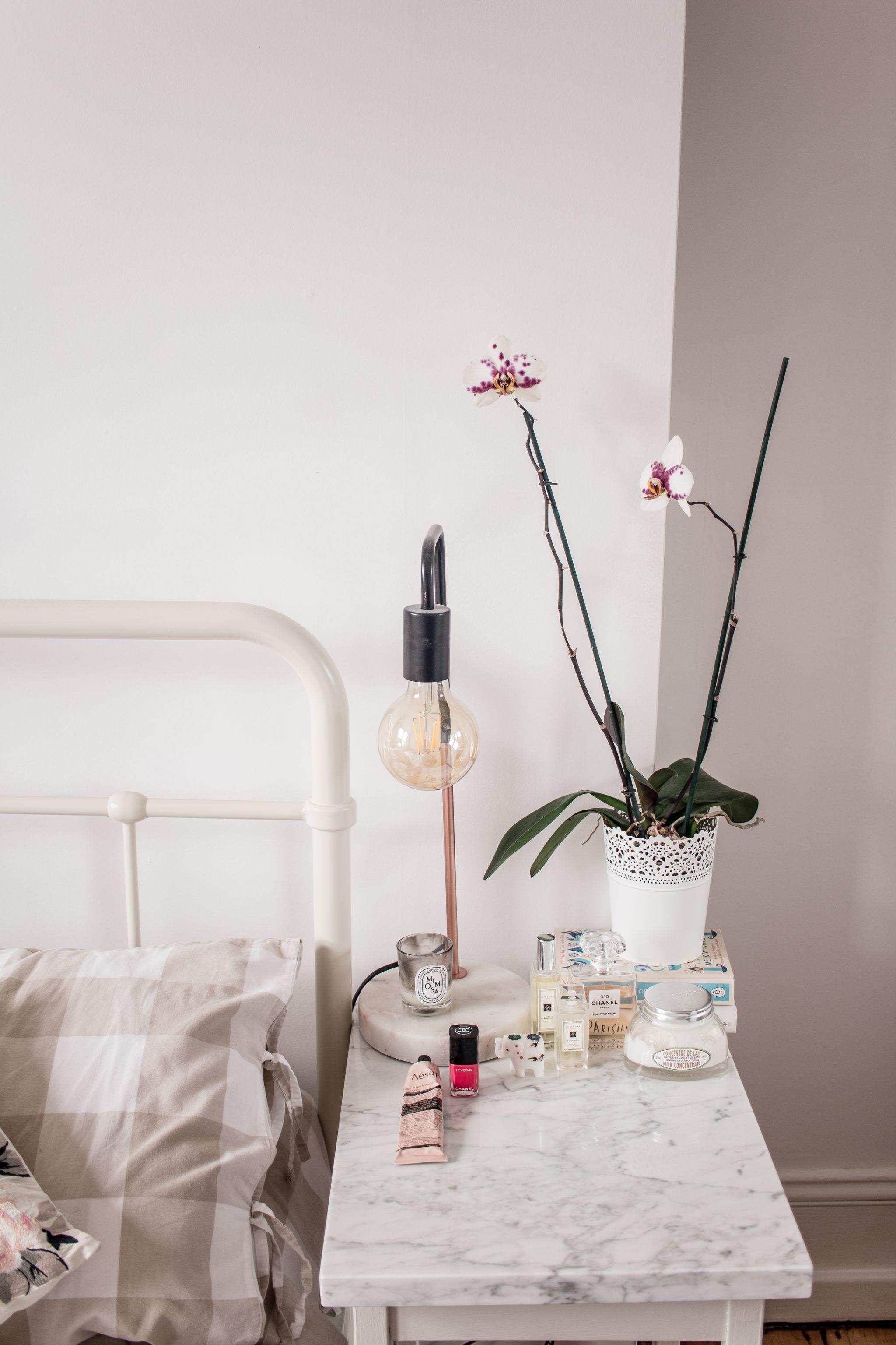 minimal-bedroom-bedside-table-styling-ideas